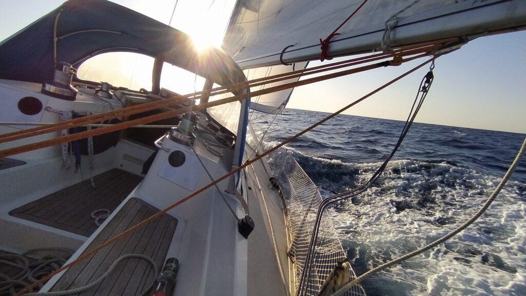 Segeln im Griechenland, Segelyacht in Gleitfahrt