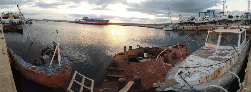 Verfall im Hafenbecken der Werft von Rhodos bei Segeltörn quer durch Griechenland