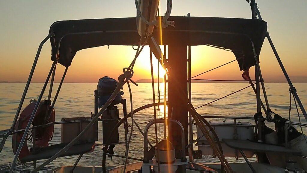 Blick zurück nach Steno Elafonisou beim Segeltörn durch Griechenland