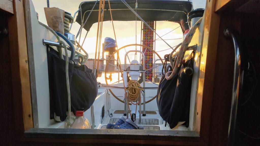 Auf der Makani Sigma 38 sind in Wünschen weit vom Steuermann entfernt beim Segeltörn quer durch Griechenland