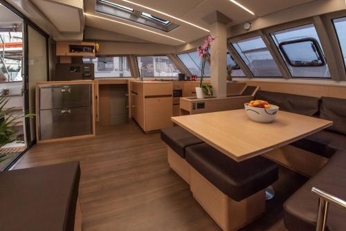 "Bavaria Nautitech 46 Fly ""Vesselina"" Salon 4 bei Korfu Segeln zur Charter ab Lefkas"
