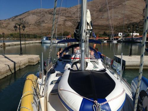 Beneteau 423 Ariadne außen Vorschiff mit dingy an Deck bei Korfu Segeln