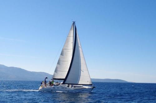 Beneteau 423 Ariadne halbwind Wind segelnd vor Kassiopi bei Korfu Segeln