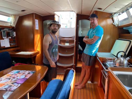 Blick unter Deck in eine Charteryacht