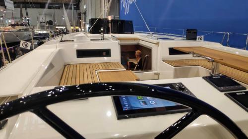 Boot Düsseldorf Bavaria C57 Steuerstand und flaches Süll