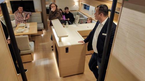 Boot Düsseldorf Hanse 588 Salon Kundengespräch