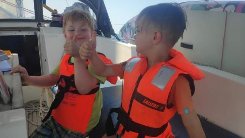 Daumen hoch! Spaß beim Segeln mit Kindern