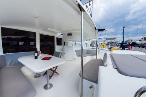 "Fountaine Pajot Salina 48 ""Melina"" Cockpit backbord bei Korfu Segeln zur Charter ab Lefkas"