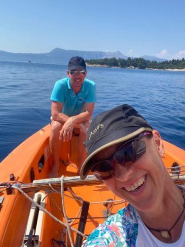 Gute Stimmung beim Segeln in Korfu