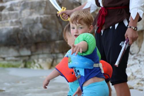 Kinder suchen den Piratenschatz