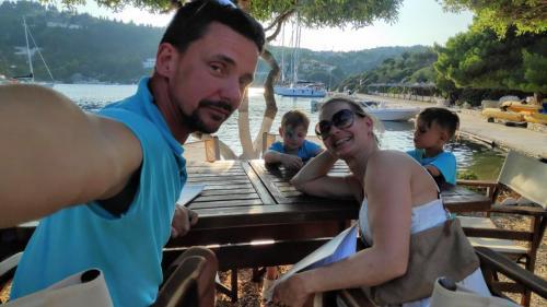 Urlaub auf dem Segelboot in Corona Zeiten: nur 3 Yachten im Hafen von Mongonissi
