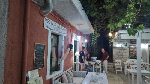 Restaurant Alexandros mit Weinlaub und tollem Ambiente