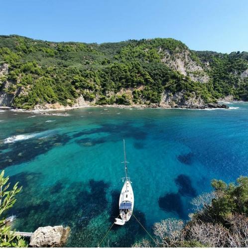 Rund Korfu Felsen Agios Giordios vom Felsen auf die Yacht
