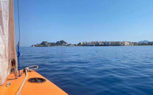 Segeln mit Blick auf Korfu Stadt
