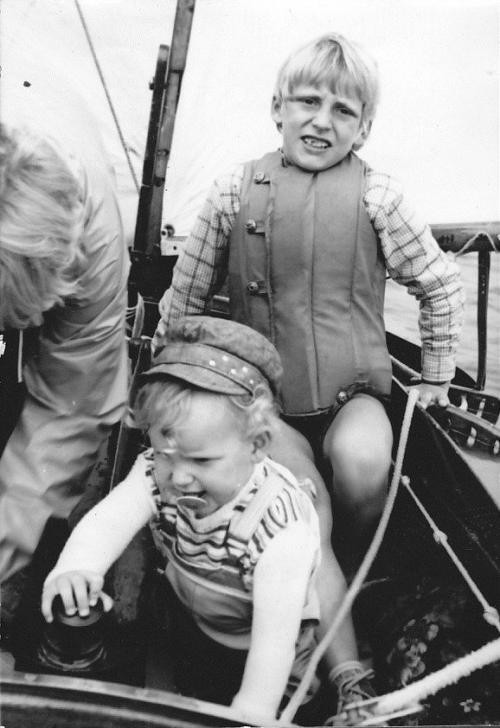 Skipper Korfu Mathias im mit Schnuller beim Segeln